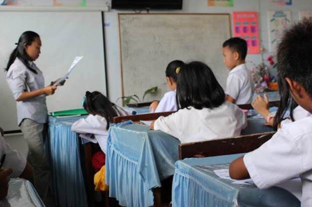 Nona explaining a lesson about biodiversity in classrooms (c) Tangkoko Conservation Education